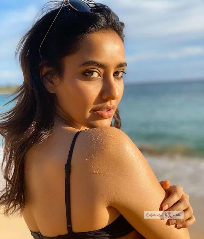 नेहा शर्मा फोटो, neha sharma hot pics, in black bra, back less
